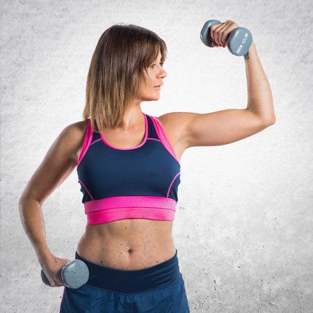 levantamiento de pesas: Sport woman making weightlifting