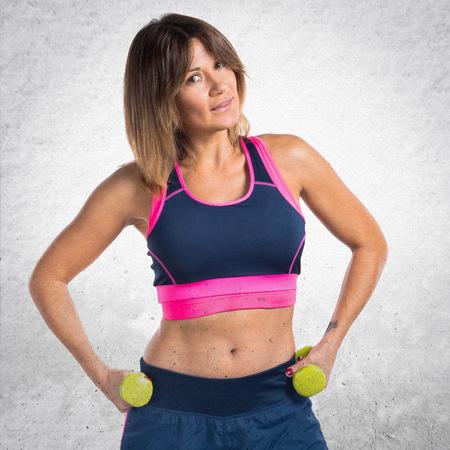 levantamiento de pesas: Deporte fabricación de la mujer de levantamiento de pesas Foto de archivo