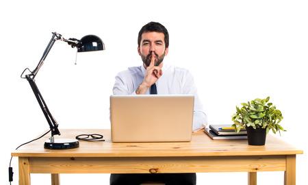 Empresario en su oficina haciendo gesto de silencio Foto de archivo - 69933570