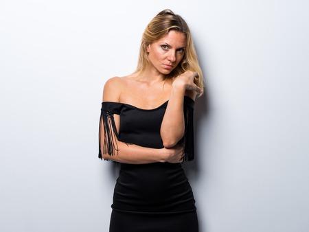 femme blonde russe en robe noire