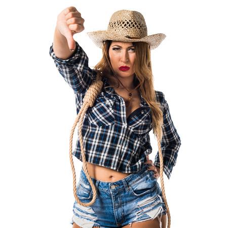Sexy blonde Frau Cowgirl macht schlechtes Signal Standard-Bild - 75438803