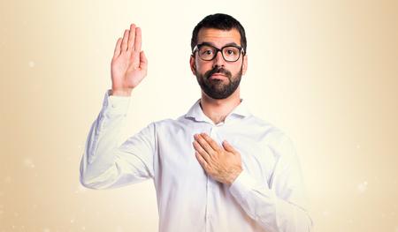 Bel homme, lunettes, faire, serment, Ocre, fond Banque d'images - 76537540