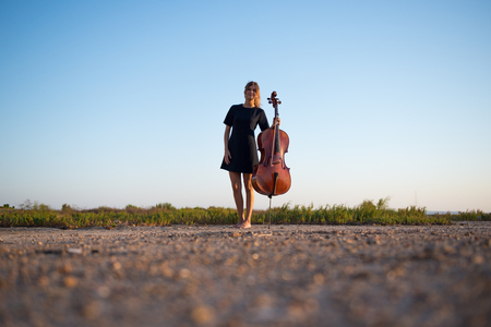 Young beautiful girl with her cello on the outside Stockfoto