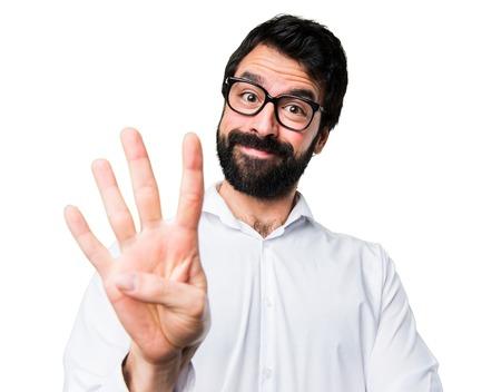 Bel homme avec des lunettes comptant quatre Banque d'images