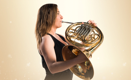 Girl playing the french horn Banque d'images