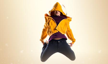 Man dancing street dance on ocher background Banque d'images