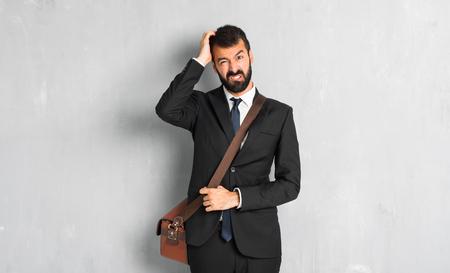 Hombre de negocios con barba con una expresión de frustración y no comprensión Foto de archivo