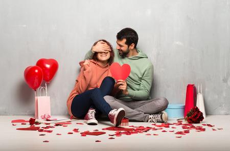 Couple en saint valentin tenant un symbole de coeur