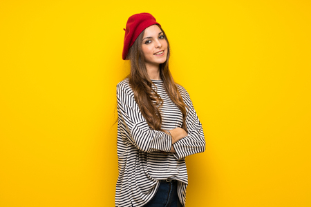 Girl with french style over yellow wall with arms crossed and looking forward 版權商用圖片