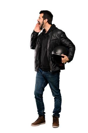 Ganzkörperaufnahme eines Biker-Mannes, der mit weit geöffnetem Mund zur Seite über isoliertem weißem Hintergrund schreit