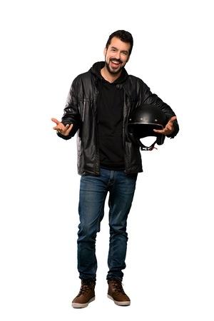 Colpo integrale dell'uomo del motociclista che sorride sopra fondo bianco isolato