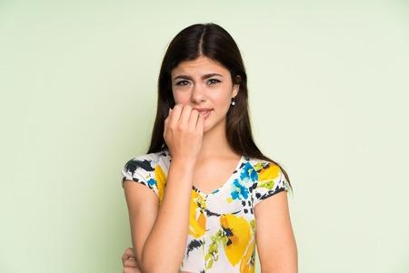 Teenager-Mädchen mit Blumenkleid nervös und verängstigt
