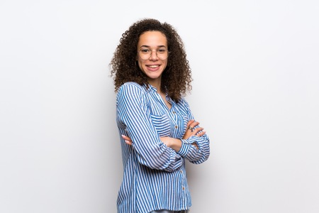 Dominican woman with striped shirt keeping the arms crossed in lateral position while smiling