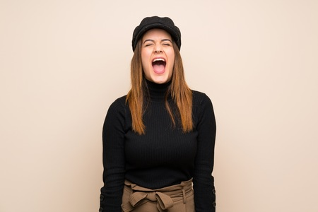 Fashion woman with hat shouting to the front with mouth wide open Imagens