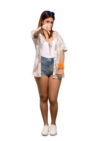 Colpo a figura intera di una giovane donna in bikini durante le vacanze estive che mostra il pollice verso il basso con l'espressione negativa su sfondo bianco isolato