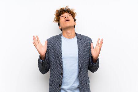 Homme afro-américain de mode sur un mur blanc isolé frustré par une mauvaise situation