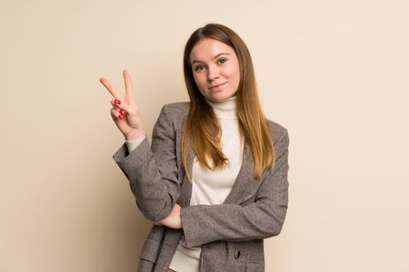 Young business woman smiling and showing victory sign Banque d'images - 128617509