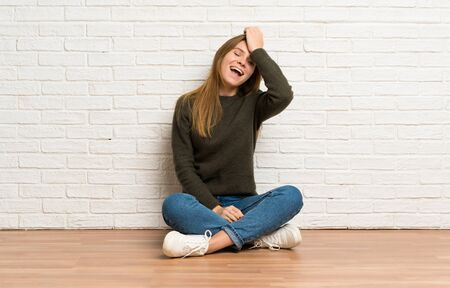 Young woman sitting on the floor has realized something and intending the solution Stockfoto - 128616526