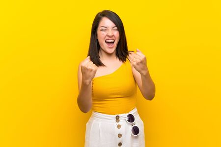 Young Mexican woman over isolated yellow background frustrated by a bad situation Foto de archivo - 130157959