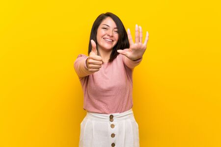 Young Mexican woman over isolated yellow background counting six with fingers Foto de archivo - 130158034