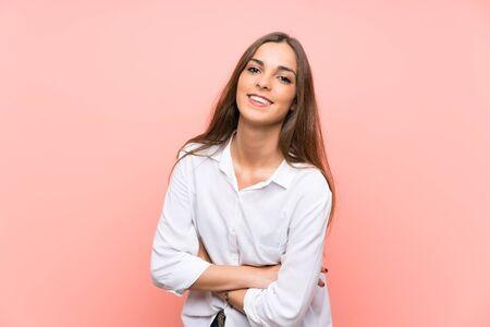 Jeune femme sur fond rose isolé en riant