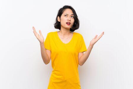 Asiatische junge Frau über isoliertem weißem Hintergrund, frustriert von einer schlechten Situation