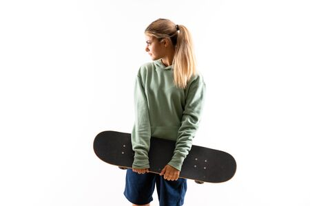 Blonde teenager skater girl over isolated white background 版權商用圖片 - 131777975