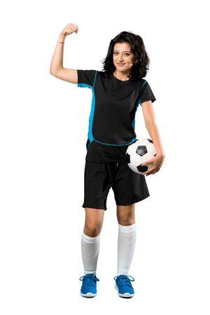 Eine Aufnahme in voller Länge einer jungen Fußballspielerin, die einen Sieg über isoliertem weißem Hintergrund feiert Standard-Bild