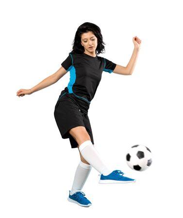 Un'inquadratura a figura intera di una giovane donna giocatore di football su sfondo bianco isolato