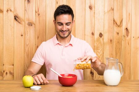 Handsome young man in a kitchen having breakfast Stockfoto