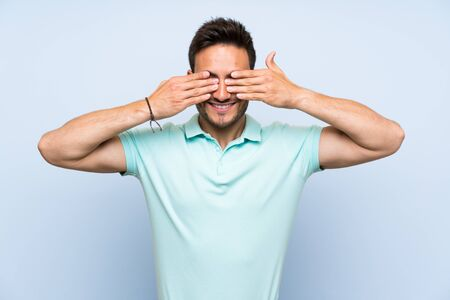 Handsome young man over isolated background covering eyes by hands Stockfoto