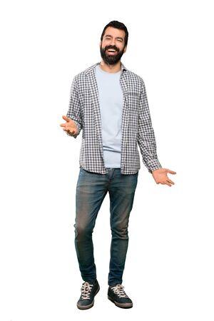 Schöner Mann mit Bart, der über isoliertem weißem Hintergrund lächelt Standard-Bild