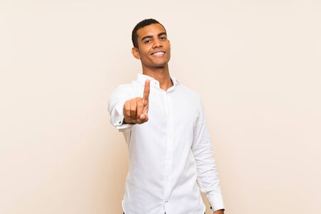 Young handsome brunette man over isolated background showing and lifting a finger 版權商用圖片