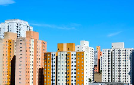 Eine Reihe von bunten Wohngebäuden in Sao Paulo, Brasilien