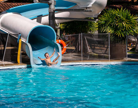 Child having fun on a water slide. Banque d'images