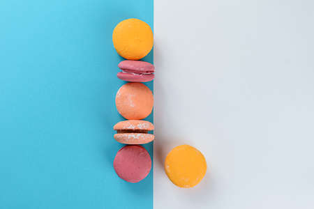 Macaroons lined up in a parallel line forming a letter L. Banque d'images
