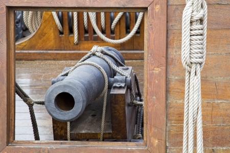 Cannon en un viejo barco de vela del pirata