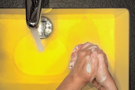 lavarse las manos: Chica lavándose las manos en el lavabo