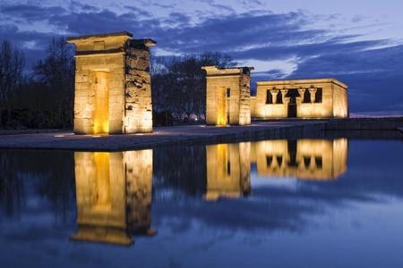 Egyptian temple reflection at night Standard-Bild