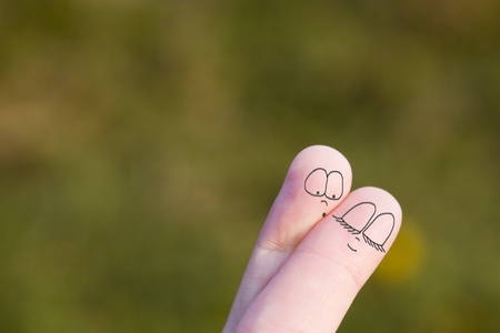 coquetear: Dos dedos de una mano que simboliza una pareja de enamorados