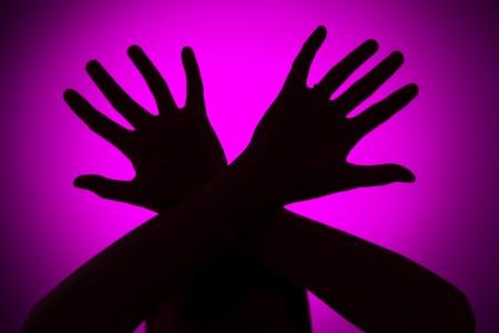 violencia intrafamiliar: Concepto de abuso Phisical sobre un fondo de color rosa Foto de archivo