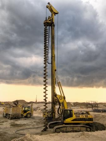 Boormachine klaar om te werken op een bewolkte hemel Stockfoto