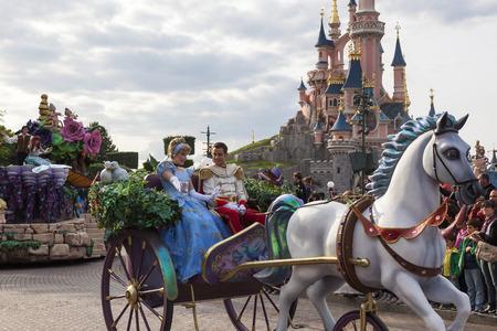 prince charming: Cinderella and prince Charming in Disnayland Paris parade Editorial