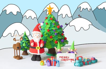 gnomos: Santa Claus, gnomos y Reinder hecho a mano con plastilina que desean Feliz Navidad en un fondo de invierno dibujado
