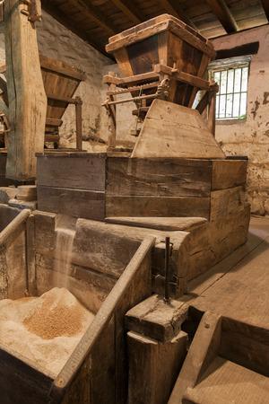 molino de agua: agua antiguo molino de harina de trabajo accionado