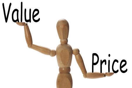 Mannequin het meten van het belang van de waarde ten opzichte van de prijs op de palmen van de handen Stockfoto