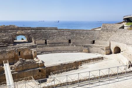columnas romanas: anfiteatro romano en la ciudad de Tarragona, con el mar Mediterráneo como telón de fondo