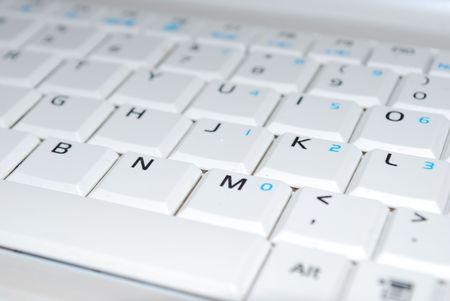 teclado: foto de un primer plano sobre un fondo blanco nos teclado Foto de archivo