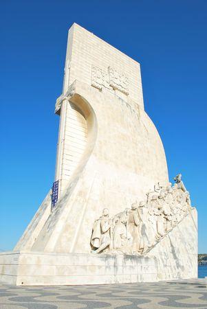 caravelle: c�l�bre monument de navigateurs d�couvertes de statues de pierre dans une caravelle �ditoriale