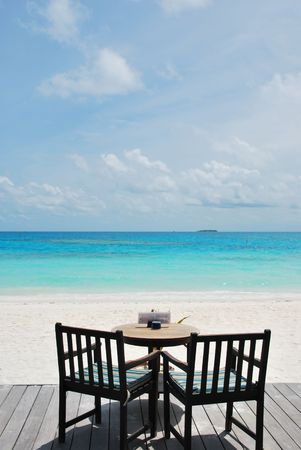 hermosa foto de una vista tropical en un bar de playa en una isla de Maldivas